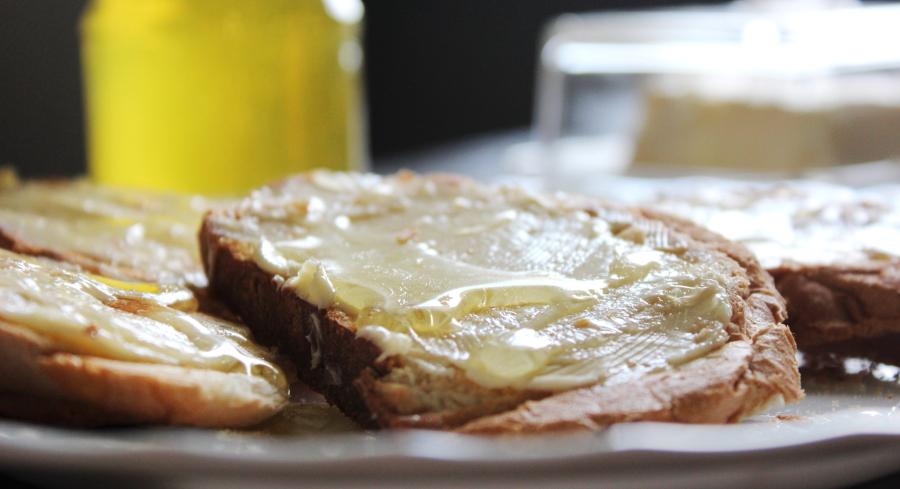 Kanapki z masłem i miodem